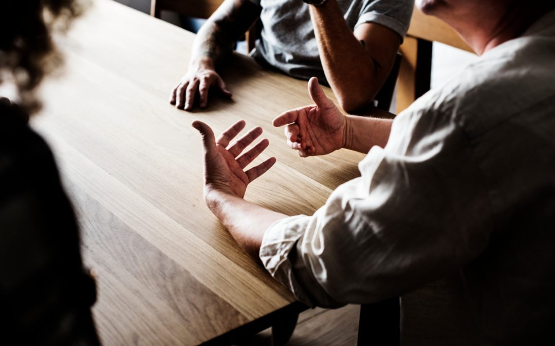 persone sul tavolo che parlano
